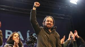 Pablo Iglesias celebra el resultado de Podemos al fin de la noche electoral.
