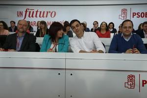 Pedro Sánchez conversa con Micaela Navarro antes del iniciarse la reunión del comité federal del PSOE.