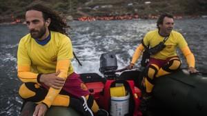 Òscar Camps (derecha) y otro socorrista, Nicolás Migueiz, en una misión de rescate, en octubre del 2015.