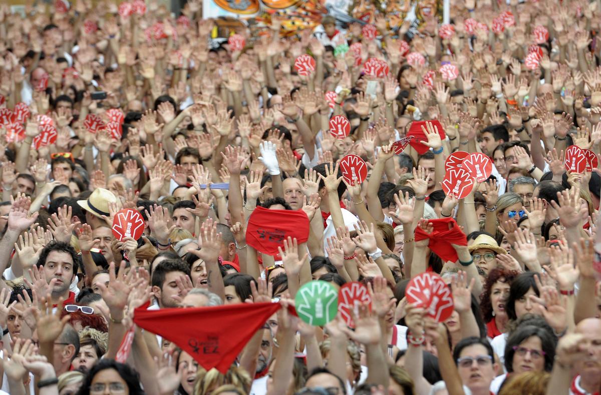 Miles de personas, en la manifestación de este jueves en la plaza del Ayuntamiento de Pamplona.