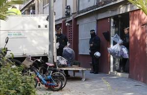 abertran36402638 agents de la gu rdia urbana de barcelona treuen material con161124145223