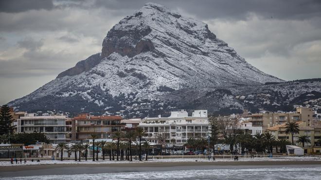 Imatge insòlita de la neu cobrint platges de Torrevella i Dénia