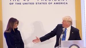 Trump y su esposa Melania ofrecen un discurso en el Hotel Trump de Washington.