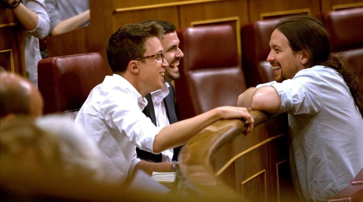 Pablo Iglesias conversa con Íñigo Errejón y Alberto Garzón en el hemiciclo.
