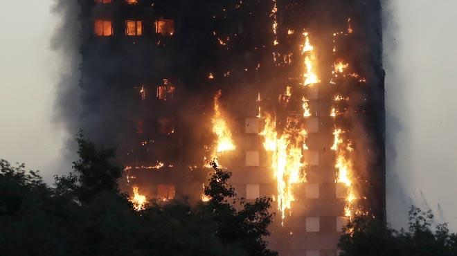 El foc devora un edifici residencial de 27 plantes a Londres