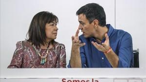 Pedro Sánchez habla con la presidenta del PSOE, Cristina Narbona, este lunes en la sede del partido.