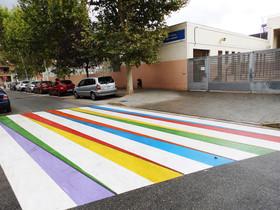 Uno de los pasos de cebra con colores vivos de Cornellà.