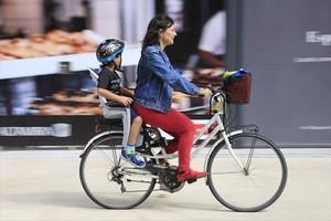 Vuelta a casa 8 Una madre lleva a su hijo en bicicleta en el Poblenou, ayer, primer día del nuevo curso.