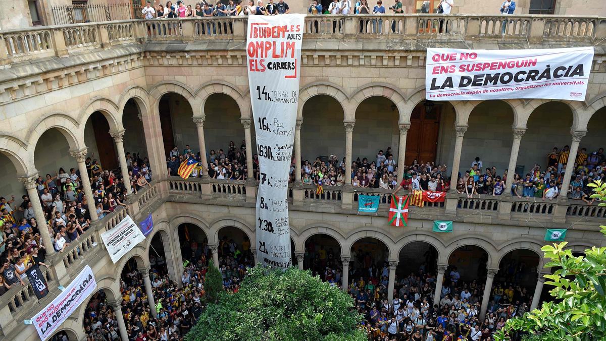 Los universitarios ocupan el rectorado de la UB.