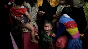 zentauroepp41287529 a baby cries as rohingya refugees line up for a food supply 171214103245