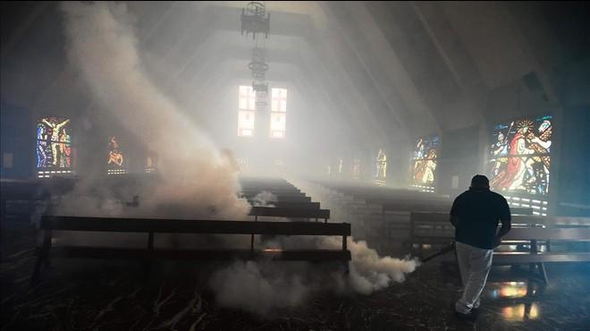 Fumigaci�n contra los mosquitos en una iglesia de Caracas, la capital de Venezuela.