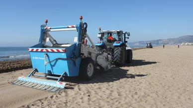 L'AMB comença el llaurat de les 41 platges metropolitanes després d'un hivern de temporals
