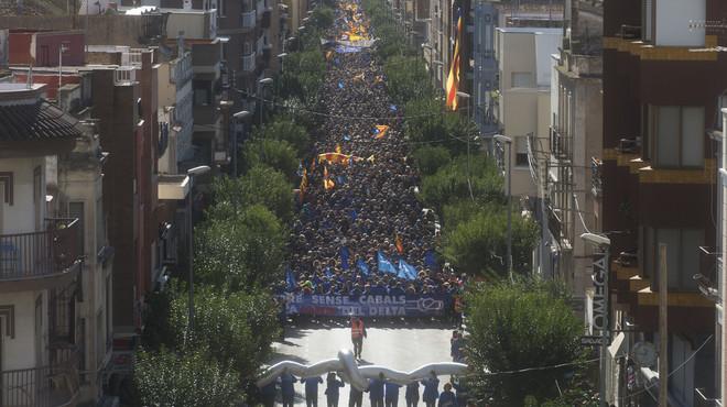 Milers de persones surten al carrer a Amposta contra el pla de l'Ebre