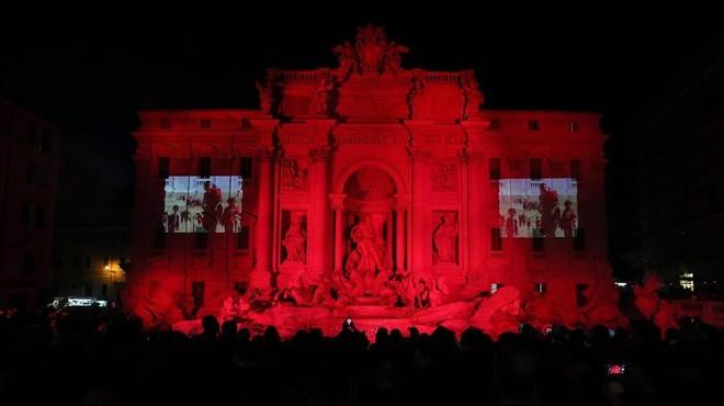 La Fontana di Trevi es tenyeix de vermell