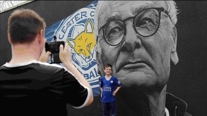 Un chico posa ante un mural de Claudio Ranieri en Leicester.