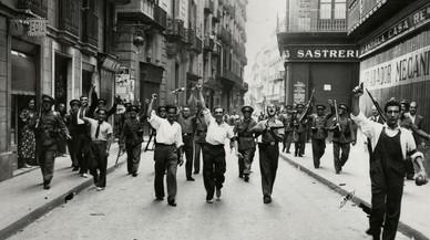 Civiles y carabineros en la calle Ample. Imagen de la exposición 'Pérez de Rozas. Crónica gráfica de Barcelona' del AFB.
