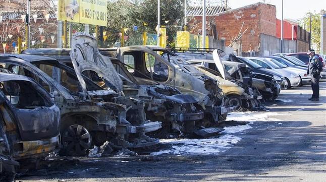 Un incendio quema 10 veh culos en una calle de esplugues - Aticos en esplugues de llobregat ...