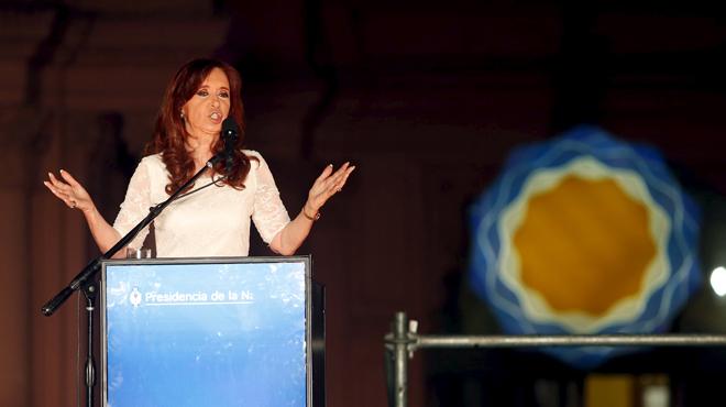 Kirchner rep un bany de masses en el seu comiat com a presidenta