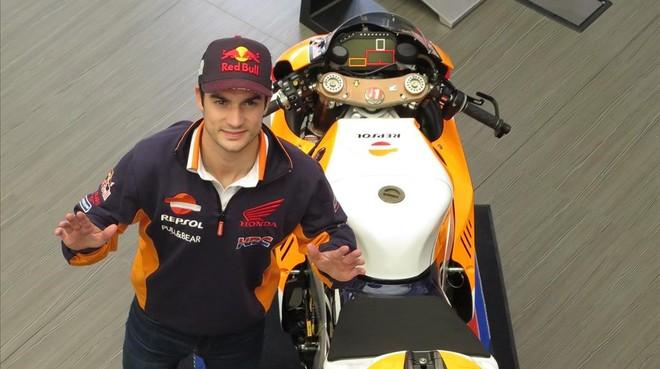 Dani Pedrosa saluda junto a una de las Honda RC213V que hay en Jerez.