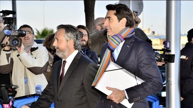 El exgerente de la Fundaci�n Illesport, Gonzalo Bernal (derecha), este mi�rcoles, a su llegada al juicio del 'caso N�os'.