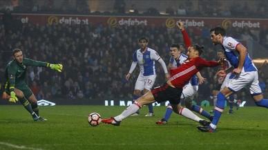 Ibrahimovic intenta un remate durante el partido de este domingo ante el Blackburn.