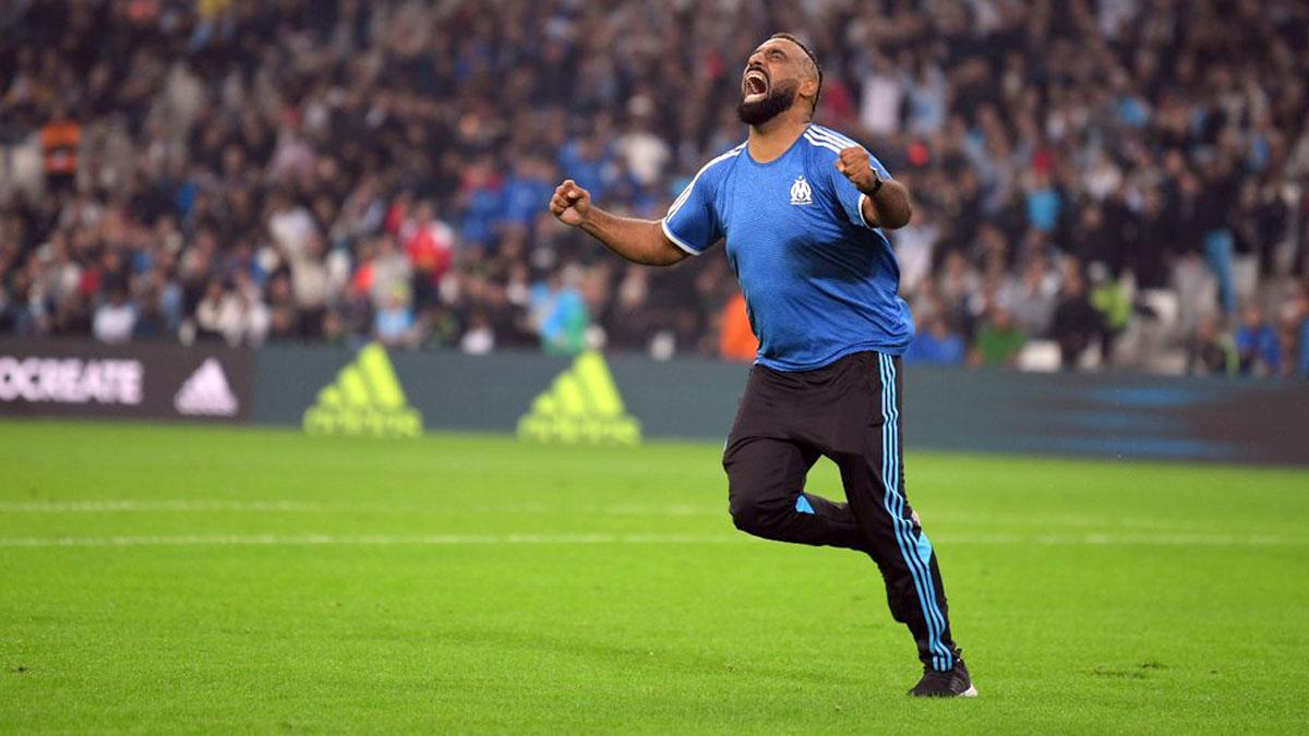 Kamel Zeroual grita emocionado tras su gol en el Velódromo de Marsella.