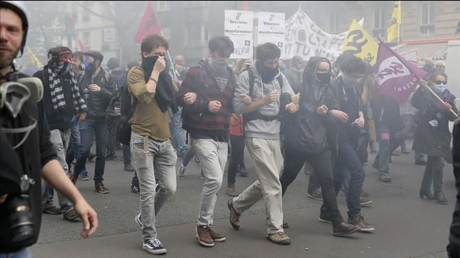 El Govern francès supera la moció de censura amb protestes als carrers