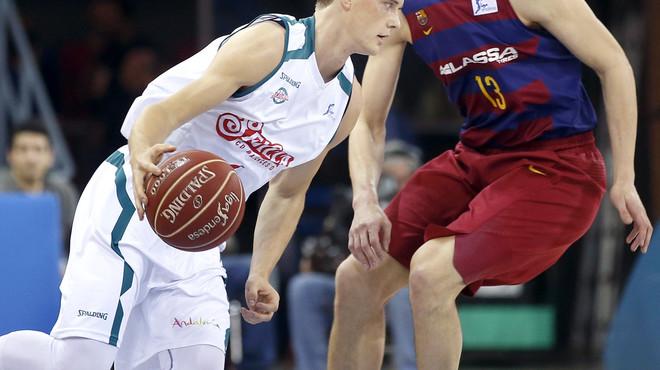 Ludde Hakanson, base del Baloncesto Sevilla, intenta avanzar ante la oposici�n del checo del FC Barcelona Lassa, Tomas Satoransky.