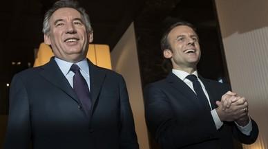 Macron i Bayrou escenifiquen la seva aliança com una mostra de pluralisme per frenar Le Pen