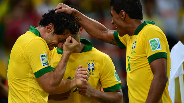 Paulinho (derecha) y Hulk felicitan a Fred tras su segundo gol