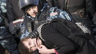 La policía detiene a un manifestante en el centro de Moscú, Rusia.