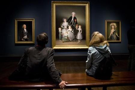 Unos visitantes miran, en el centro, 'Los duques de Osuna', de 1788.