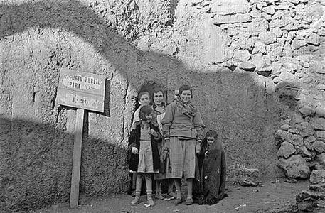 Una familia en un refugio en Teruel, diciembre de 1937._MEDIA_2