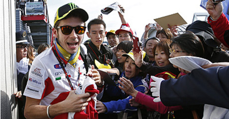 Valentino Rossi atiende a sus fans en Motegi.