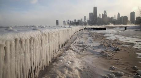 El hielo se acumula a lo largo del lago Michigan en Chicago