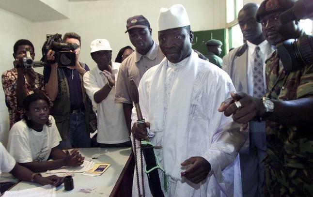 El presidente de Gambia (de blanco) en una imagen de octubre del 2001.