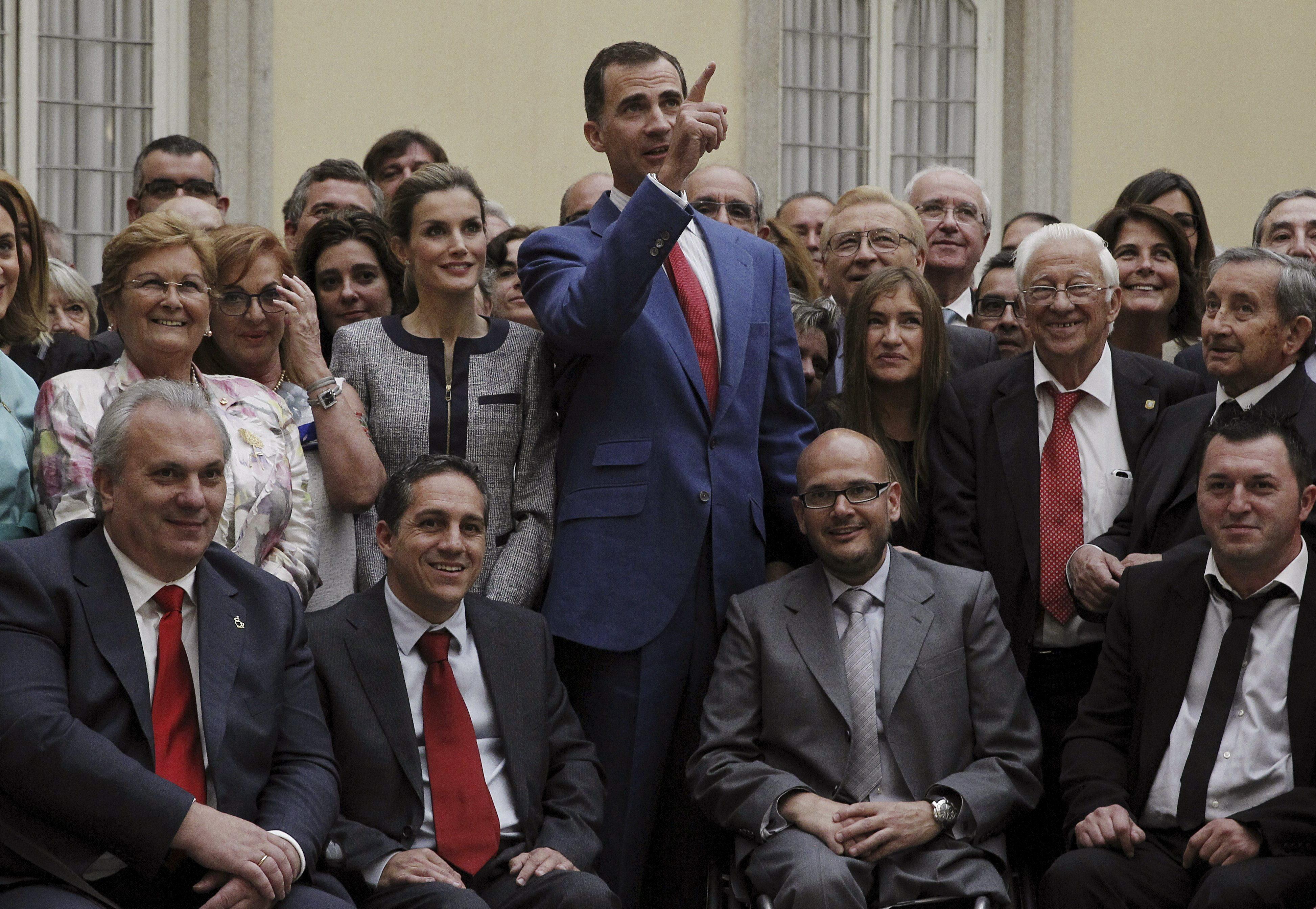 Els Reis, amb representants dentitats socials, entre els quals hi havia delegats de col·lectius de gais i lesbianes.