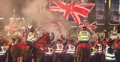 Agentes de polic�a intervienen en los altercados de Glasgow.