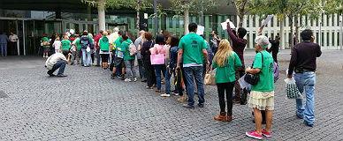 Activistas de la PAH esperan para entregar sus reclamaciones, este martes en la puerta de los juzgados de Barcelona.