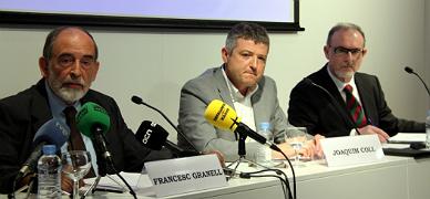 Los economistas Francesc Granell (izquierda) y Ferran Brunet (derecha) con el vicepresidente de Societat Civil Catalana, Joaquim Coll, este jueves.