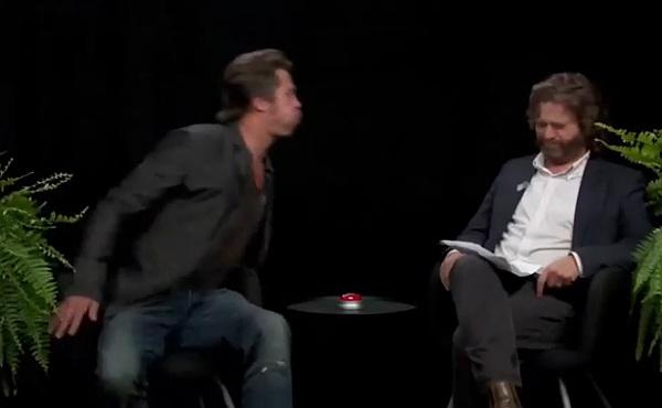 Brad Pitt escupe chicle en un programa de la tele