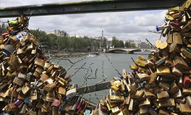 Retirada de los candados del puente de las Artes en París (2)