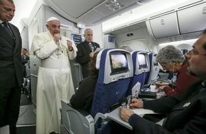 El Papa habla con los periodistas en el avió de regreso a Roma desde México.