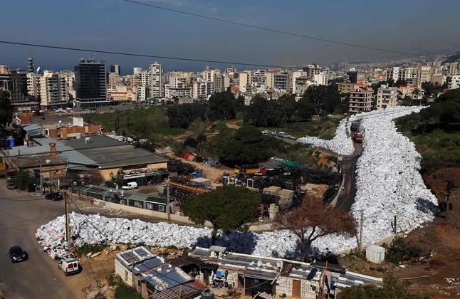 Vista general de miles de bolsas de basuras acumuladas en Beirut.