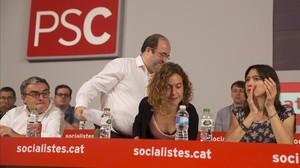 Miquel Iceta, detrás de Àngel Ros, Meritxell Batet y Núria Parlon, en una reunión del consejo nacional del PSC.