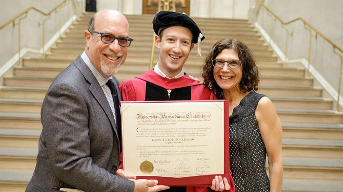 Zuckerberg, con el título que lo acredita como licenciado.