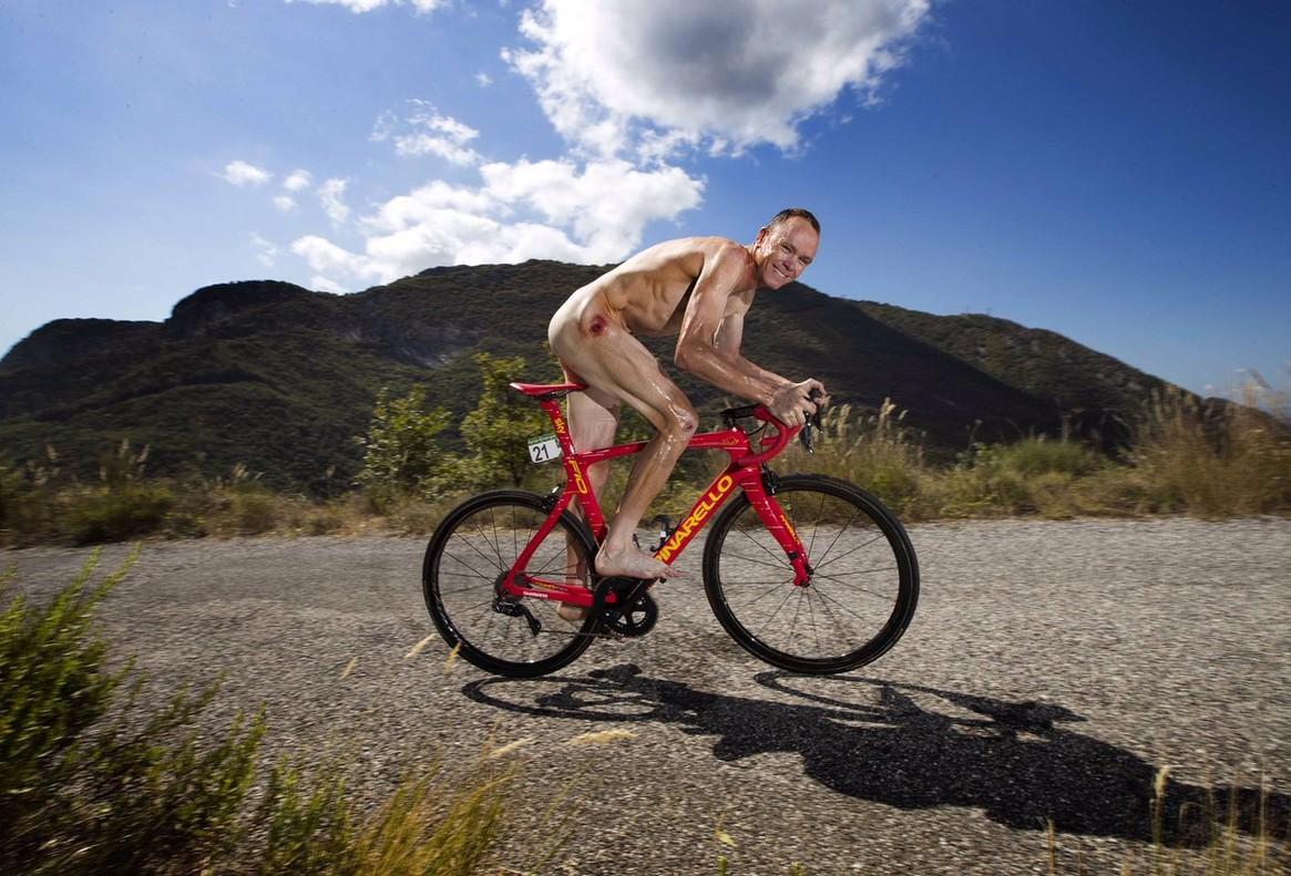 Chris Froome, desnudo sobre la bici roja conmemorativa de su triunfo en la Vuelta.