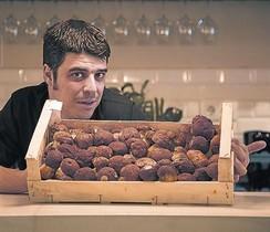 Xavi Jovells, de La Volàtil (Muntaner, 6), muestra una caja con ceps.
