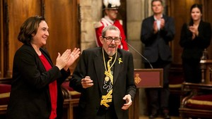 Ada Colau aplaude a Paco Camarasa, que ha recibido la medalla de oro del mérito cultural de la ciudad en el Saló de Cent.