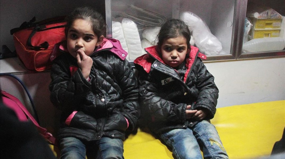 zentauroepp41430484 syrian girls sit in a syrian arab red crescent ambulance in 171229113458